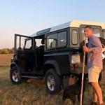 Terepjáróval, hatalmas túrabottal vágott neki Lázár az alföldi tájnak – videó