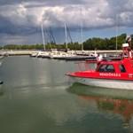 Elsüllyedt egy vízibcikli, rendőrök mentettek ki 7 embert a Balatonból