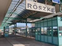 Fegyvert és éles lőszereket találtak egy német autóban Röszkén