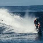 Ilyet még nem látott: motorral lovagolja meg a hullámokat a kaszkadőr