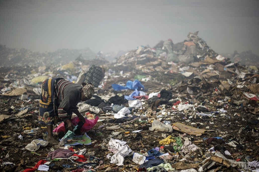 afp. hét képei - Maputo, Mozambik, 2014.10.14. szeméttelep - A woman sifts through garbage at the Maputo municipal garbage dumping site in Maputo on October 14, 2014. Mozambique's upstart opposition vowed to take on the two traditional political heavyweig