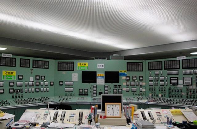 A Tokyo Electric Power Co. munkatársai adatokat gyűjtenek be a Fukusima-1 atomerőmű 1-es és 2-es reaktorblokkjának vezérlőtermében.