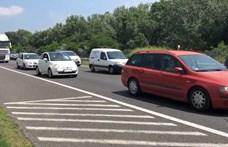 Négy autó ütközött, óriási a dugó az M7-esen a főváros felé