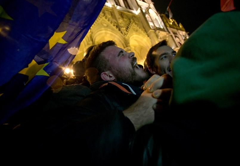 Füstbe és könnygázfelhőbe borult éjszakára a Kossuth tér - ÉLŐ