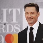 Hugh Jackman lesétált a színpadról, és segített egy rajongójának a lánykérésben – videó