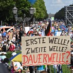 Berlinben összefújta a politikai szél a vírustagadókat