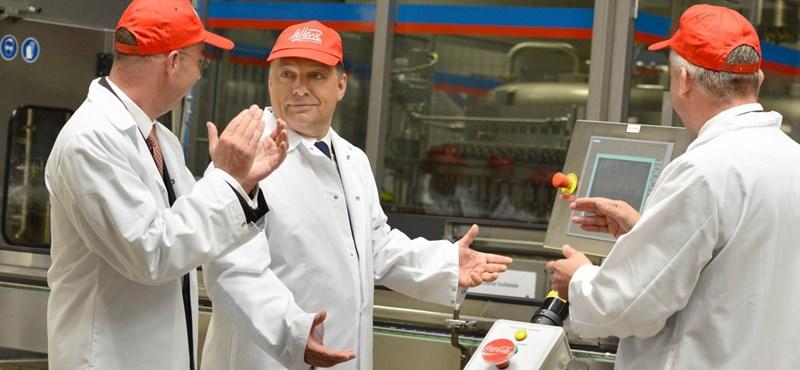 Orbán összeborult a Coca-Colával