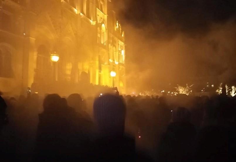 A Kossuth téren egyesültek a különböző tüntetőcsoportok - ÉLŐ