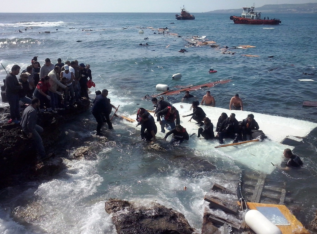 epa. 2015.04.20. Illegális menekültek Görögországban, Zefirosz, Illegális bevándorlók a Rodoszon fekvő Zefirosz tengerpartján 2015. április 20-án, miután zátonyra futott az őket szállító hajó. A mintegy 200 menekültnek sikerült sértetlenül partot érni.