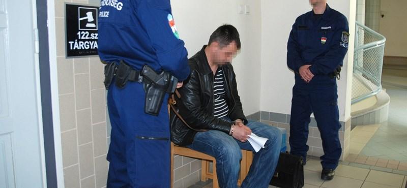Messziről bűzlő sztorit adtak be a mentőknek a Bara Józsefet agyonverő rendőrök