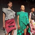 Takarmányzsákokból varrt ruhákat, most Londonban lesz divatbemutatója