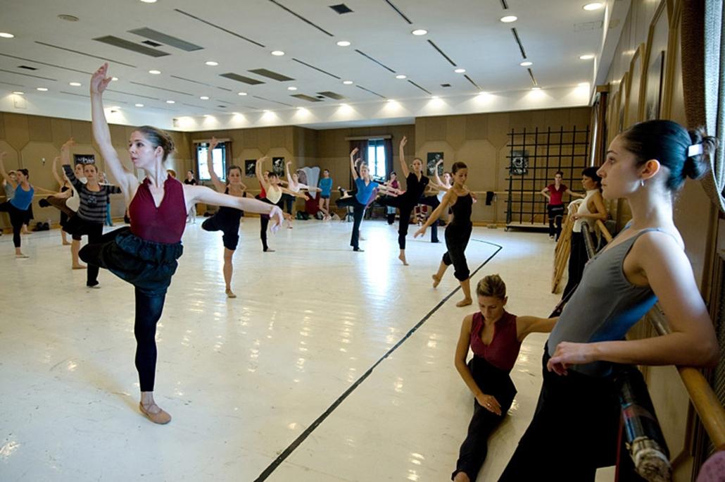 Balettművészek gyakorolnak.