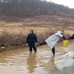 Négy ember, egy sárga vödör: egy videó a magyar belvízmentesítésről