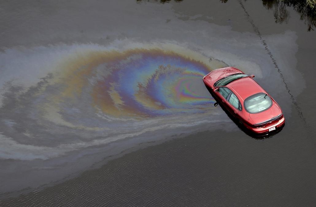 Hét képei nagyítás - Autóból szivárgó olajfolt az Isaac hurrikán után.