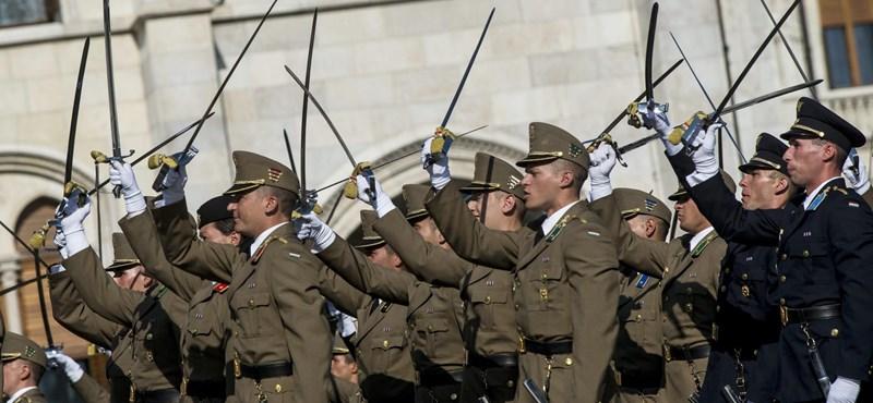 32,7 millióért vesz kardokat a honvédség