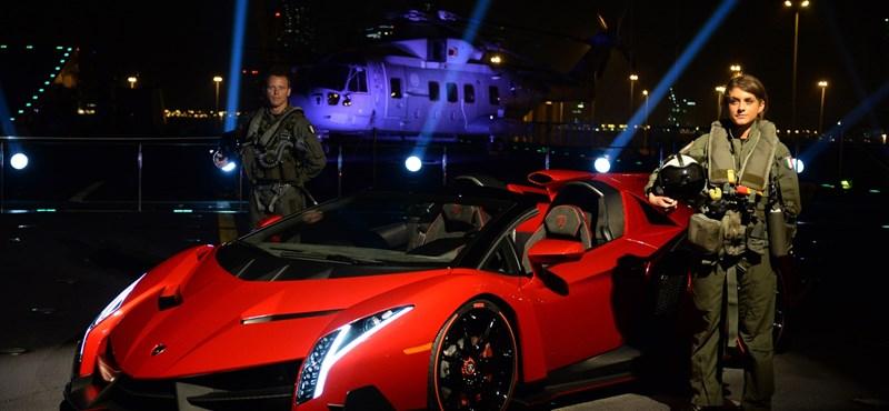 Repülőgép-anyahajón érkezett a sejkek elé a leggyorsabb Lamborghini-kabrió