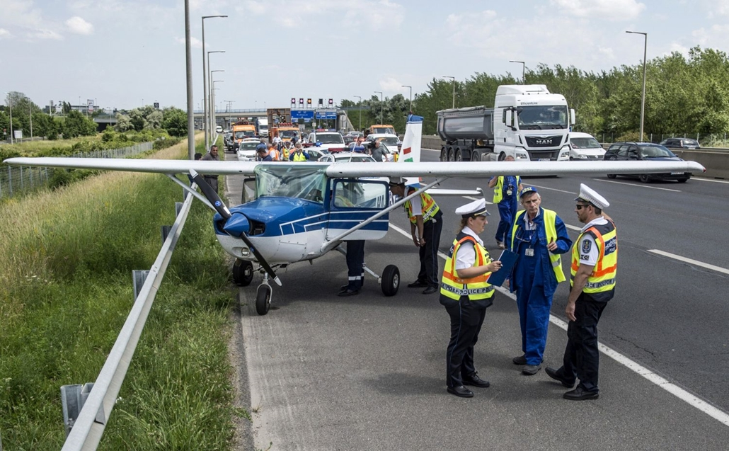 hvgbestof2016 -tg - A leállósávban, félig kifordulva állt meg az a kisrepülő, amely műszaki hiba miatt az M1-M7-es közös kivezető szakaszán landolt Budaörsnél . hvgbestof2016, nagyítás