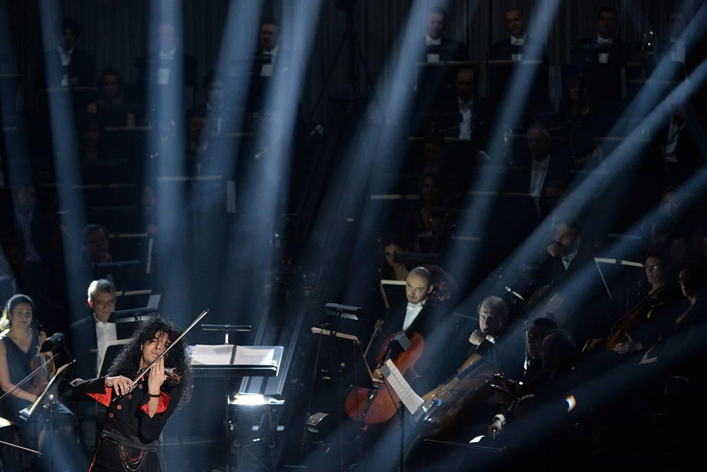 "afp. hét képei - 2014.02.03. Aix-en-Provence, Franciaország, Serbien Nemanja Radulovic performs after receiving an award for ""best instrumental solist of the year"" during the Victoires de la Musique classical music awards at the Grand Theatre in Aix-en-Pr"