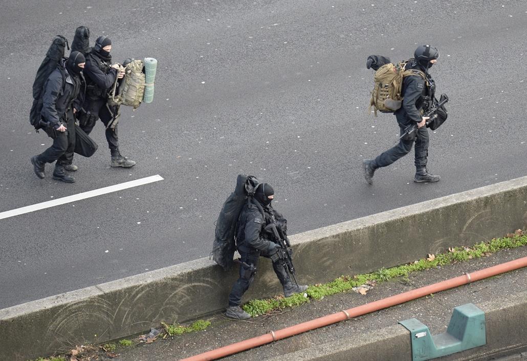 afp. Saint-Mandé, kóser bolt, Párizs - lövöldözés Párizsban, Párizsi vérengzés, Charlie Hebdo, túszejtés, túszdráma, Dammartin-en-Goele, 2014.01.09Saint-Mandé : French police special forces evacuate local residents on January 9, 2015.