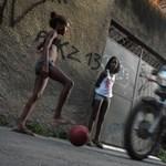 Magukat és a focit fotózták a brazil nyomornegyedben lakó gyerekek – Nagyítás-fotógaléria