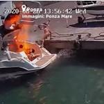 Felrobbant egy motorcsónak, vízbe repített egy nőt a detonáció – videó