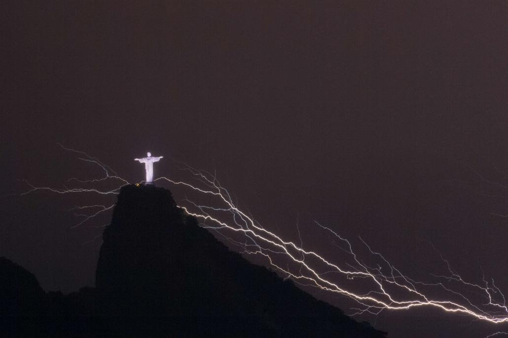afp. 0113-019 - hét képei - 2014.01.14. Brazília, Rió de Janeiró villám, megváltó krisztus