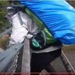 Rémisztő videón fordul ki a függőhíd a gyanútlan kirándulók alól
