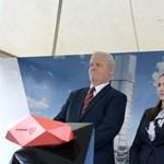 """Hernádi és Tarlós pénzt, pálinkát és olajat rejtettek a MOL """"felhőkarcolója"""" alá"""