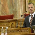 Orbánnál is többet keres az álláshalmozó helyettes államtitkár