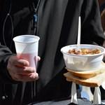 Egy közbeszerzésen múlik több ezer hajléktalan étkeztetése