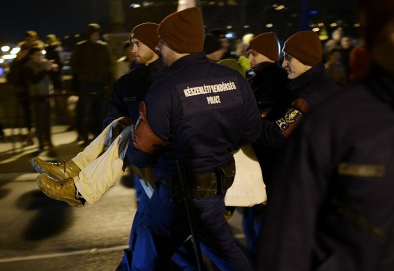 A Lánchídon megindult a forgalom - tüntetés percről percre