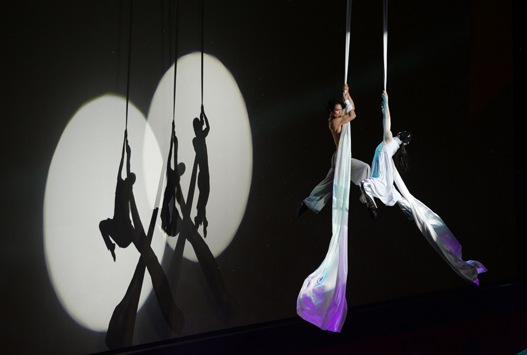 a hét képe nagyítás-fotógaléria kép - Actors perform during the opening ceremony of the18th Busan International Film Festival (BIFF) in Busan on October 3, 2013. Stars of Asian cinema gathered in the South Korean port city of Busan October 3, for the open