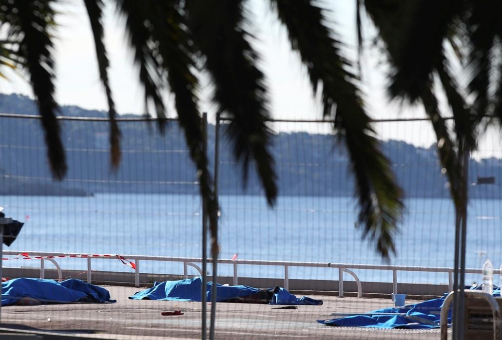 !!! AP júl.28-ig !!! - Letakart holttestek a dél-franciaországi Nizza tengerparti sétányán, ahol egy 31 éves tunéziai származású nizzai férfi belehajtott a tömegbe a nemzeti ünnep alkalmából rendezett tűzijáték idején, 2016. július 14-én este. Legkevesebb