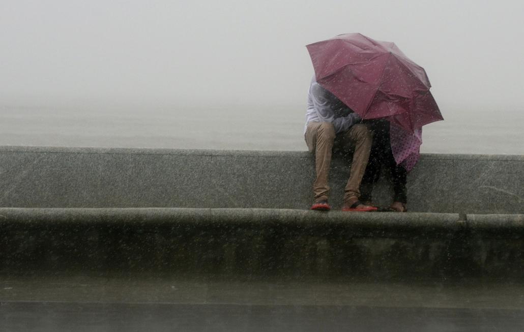 afp. nagyításhoz - esernyő - eső, időjárás, zivatar, vihar, Mumbai, India, 2013.06.12.