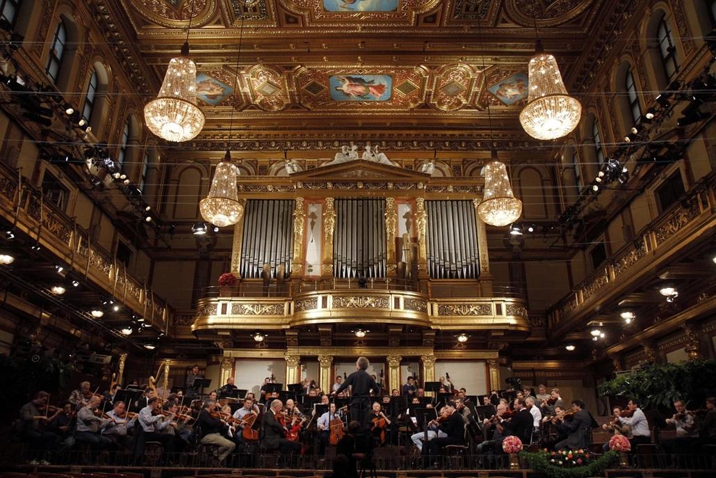 Franz Welser-Möst vezényli a Bécsi Filharmónikusok újévi koncertjét. A fotó 2010 december 27-én készült.
