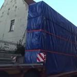 Gigaládákban szállították az óriási Csontvárykat - videó