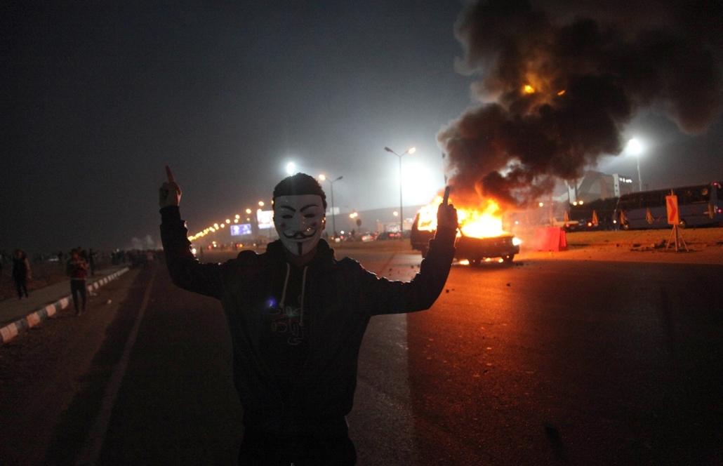 afp.15.02.08. - Kairó, Egyiptom: Helyi férfi az Anonymous maszkjában. - 7képei