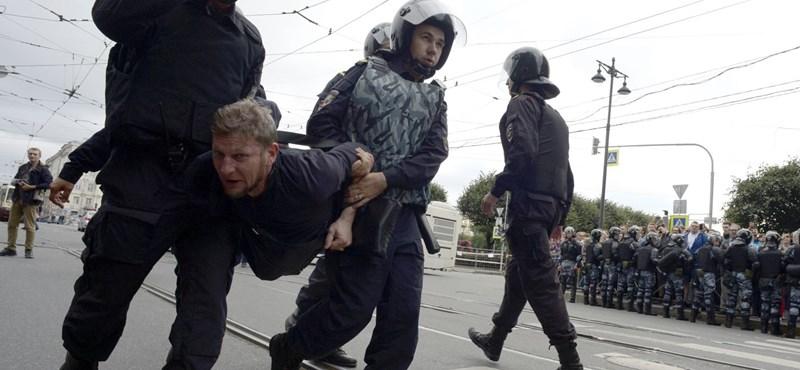 Fiatalokat rángattak, százakat tartóztattak le az oroszországi tüntetéseken a rendőrök – fotók