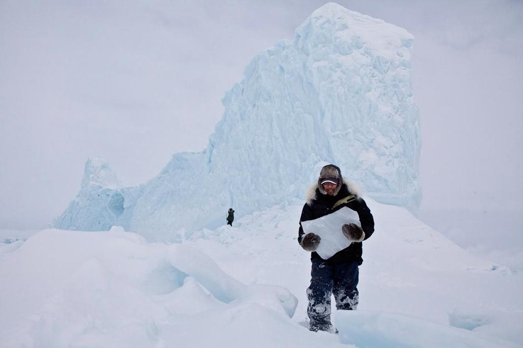 I. helyezett - az olvasók által legjobbnak ítélt kép 'helyek' kategóriában - Kanada, Pond Inlet, Nunavut - a későbbiekben ivóvízként szolgáló jégdarabok gyűjtése közben - NatGeonagy