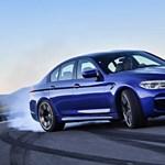 Itt az új BMW M5: félelmetes lap az autóskártyában
