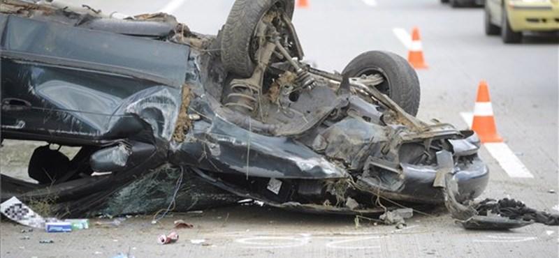 Autós üldözés után borulhatott fel a kocsi - képek