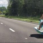 Egy jetski robog az autók közt a forgalomban – videó