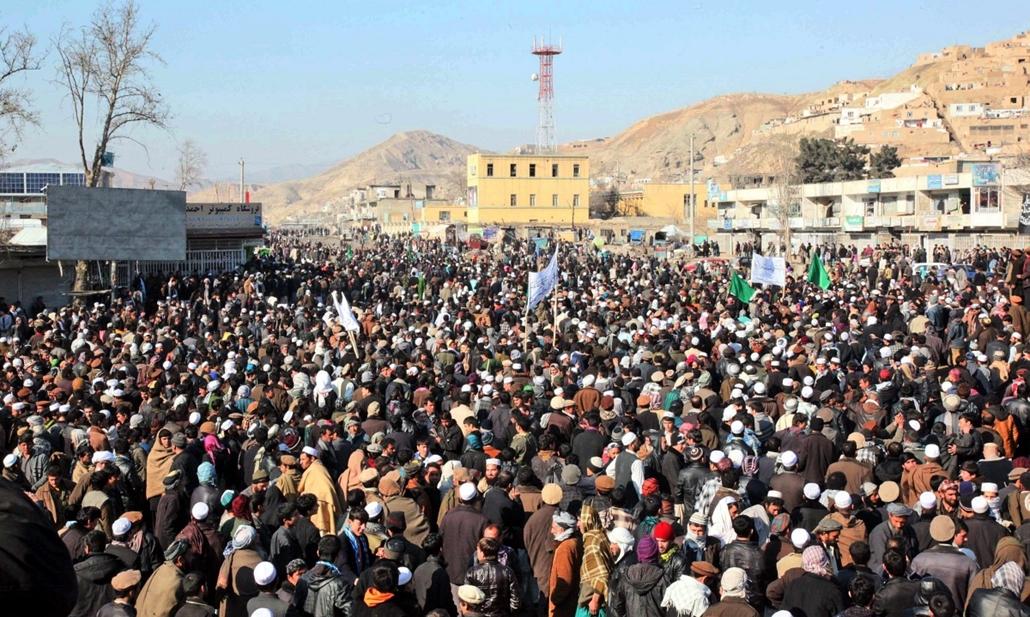 afganisztánban 12. február 24. - Több ezer afgán tüntet az amerikai katonák Korán-égetése elleni tiltakozásul az észak-afganisztáni Baglánban. A tiltakozók a magyar polgári-katonai tartományi újjáépítési csoport (PRT) tábora előtt is tüntettek, a magyar H
