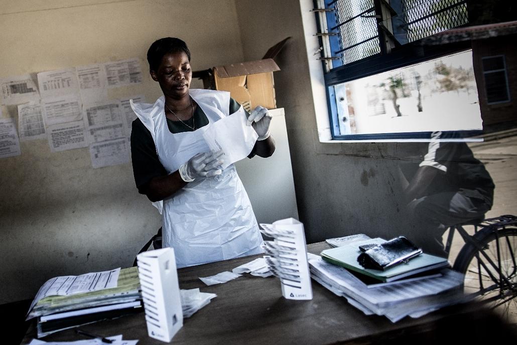 afp.14.11.25. - Nsanje, Malawi: Mintákat rendező nővér szállítás előtt a Tengani egészségügyi központban a száz kilométerre fekvő Thioloba 2014 novemberében. - nagyítás, aids
