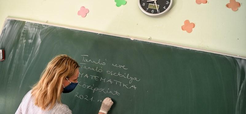 Függvénytáblák, plüssök és kézfertőtlenítők - a matekérettségi első pillanatai képekben