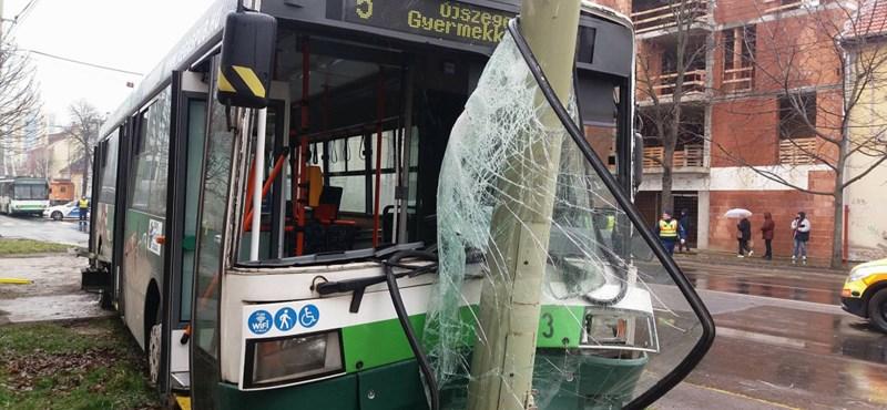 Tizenketten sérültek meg egy Szegeden történt súlyos karambolban