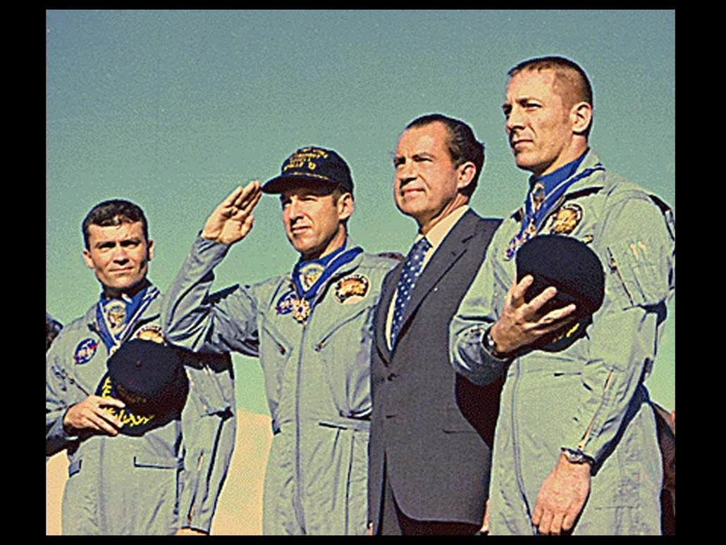 1970.04.19. - az Apollo 13 legénységével: Fred W. Haise (balra), James A. Lovell, Jr. (balról a második), és John L. Swigert Jr. (jobbra) Hawaii-on  - Nixonnagyitas