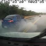 Instant karma: életveszélyesen előzött az autós, ő húzta a rövidebbet – videó