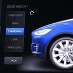 Zseniális videó: működés közben filmezték le a Tesla állítható légrugóit