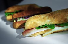 Lemondott egy képviselő, miután ellopott egy szendvicset